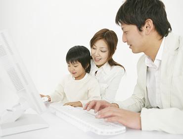家族でパソコンに向かう